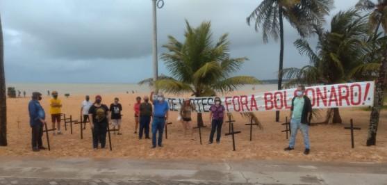 pouca gente protesto contra bolsonaro - 'Chega de mortes': manifestantes colocam cruzes em praia da Capital em protesto contra Bolsonaro
