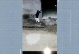 Vídeo mostra momento em que atirador desce de carro e mata homem dentro de casa