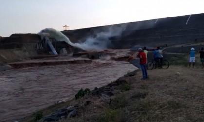 1 barragem rompe ceara jati 13330213 - Tubulação de barragem que recebe água da transposição se rompe no Ceará - VEJA VÍDEO