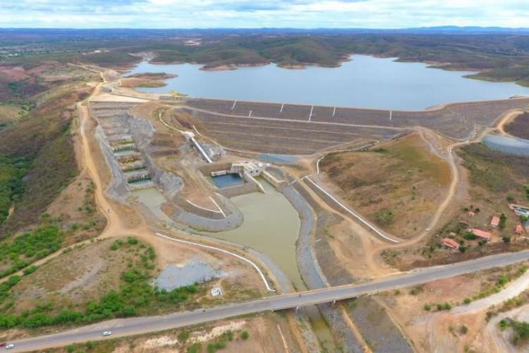1 barragem rompe ceara jati 1 13330350 - Tubulação de barragem que recebe água da transposição se rompe no Ceará - VEJA VÍDEO