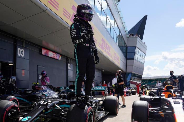 25741960 - Hamilton quebra recorde e conquista pole no GP de Silverstone