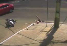 Motociclista é arremessada após acidente e cai dentro de bueiro – VEJA VÍDEO