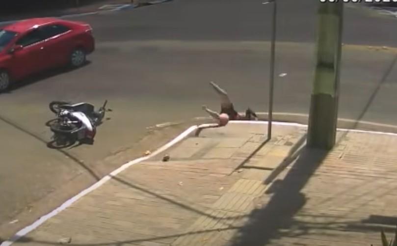 Capturar 14 - Motociclista é arremessada após acidente e cai dentro de bueiro - VEJA VÍDEO