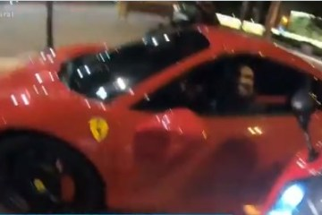 Capturar 25 - Famoso é flagrado andando com uma Ferrari pelas ruas