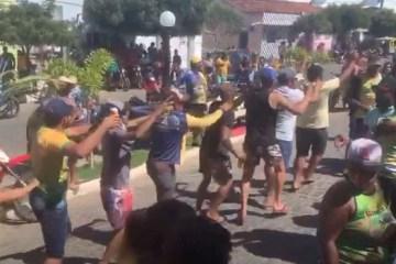 Capturar22 - Prefeito de Camalaú é solto e população faz aglomeração em comemoração pela liberdade; VEJA VÍDEO