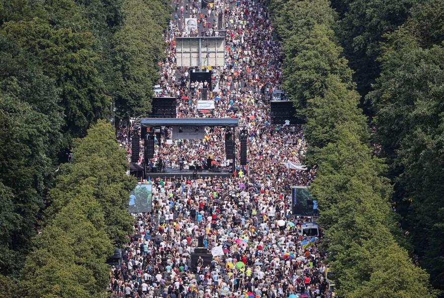 Capturartg - Em Berlim, milhares protestam contra restrições impostas pela Covid-19