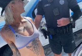 Algemada, mulher é retirada de praia por usar biquíni fio-dental – VEJA VÍDEO