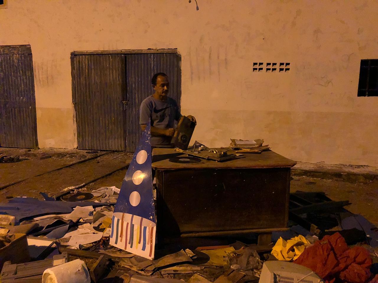 WhatsApp Image 2020 08 04 at 06.33.22 2 - DENÚNCIA: prefeitura de Pombal desaloja grupo de cultura da cidade e joga acervo centenário nas ruas; VEJA VÍDEO