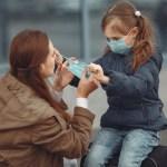 criança de máscara - Com quase 100 mil crianças com Covid, EUA acendem alerta sobre volta às aulas