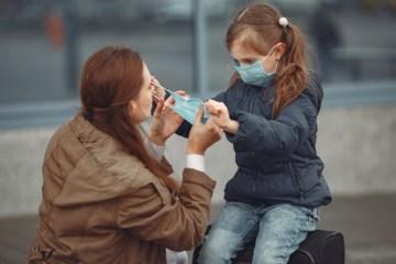 """criança de máscara - Especialista adverte: """"Não nos livraremos das máscaras tão cedo"""""""