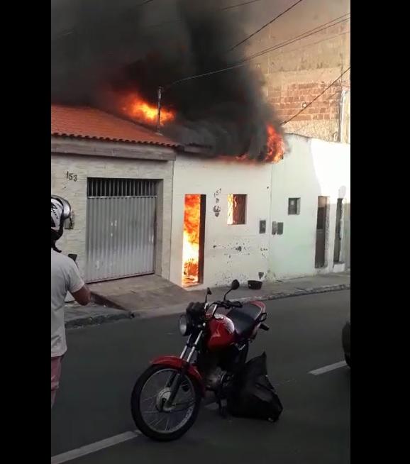 incêndio centenário - Casa fica completamente destruída após incêndio em Campina Grande - VEJA VÍDEO