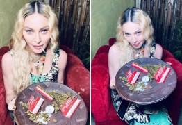 'APAGANDO AS VELINHAS': Madonna comemora aniversário de 62 anos na Jamaica e posa com cigarro de maconha