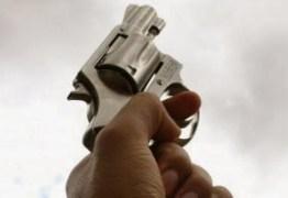 TENSÃO EM AREIA: Policial surta durante serviço, atira e faz reféns em cadeia pública