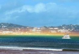 Raro arco-íris plano se forma na costa da Inglaterra