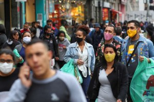 2020 09 25T183527Z 1 LYNXNPEG8O1VC RTROPTP 4 HEALTH CORONAVIRUS BRAZIL 300x199 - Trabalhador perde 90% da renda na pandemia