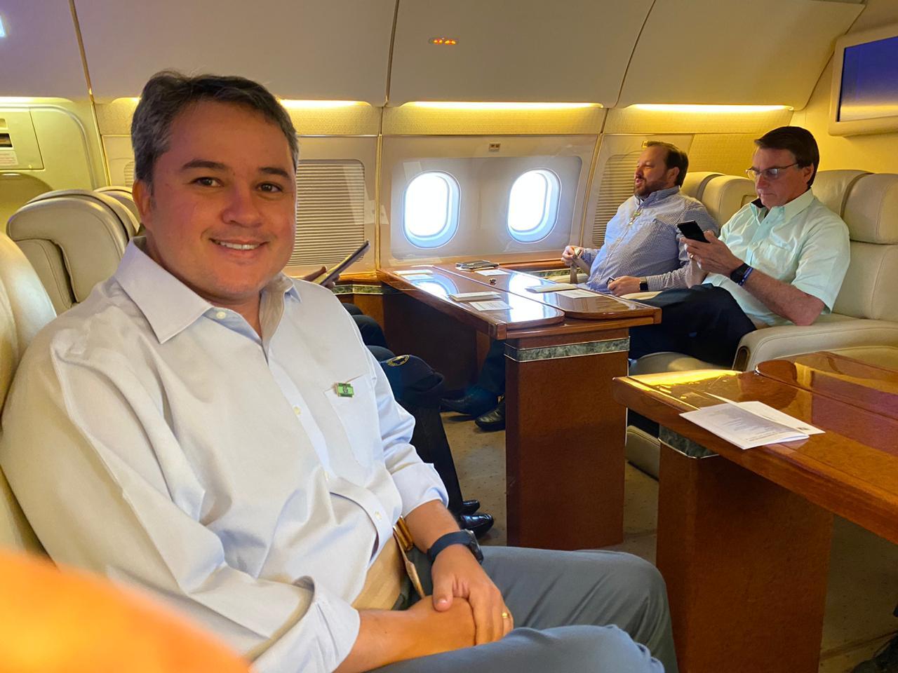 86759fa7 5426 4d17 8df5 05b67b2c4d36 - Deputado Efraim publica foto ao lado de Bolsonaro durante voo para Paraíba