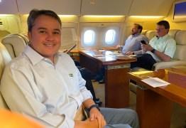 Deputado Efraim publica foto ao lado de Bolsonaro durante voo para Paraíba