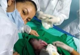 Bebê surpresa: Jovem descobre gravidez no momento do parto após buscar atendimento para dores abdominais