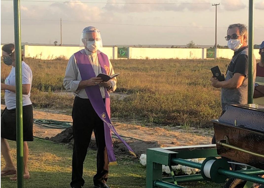 VÍTIMA DE COVID-19: Padre Carlos Bascaran é sepultado em Santa Rita