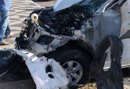 Acidente em Cabedelo destrói carros, moto e poste e deixa feridos na orla de Intermares