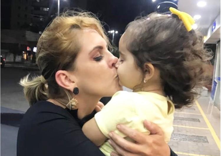 ana - 'Depois de longos 35 dias': mandado de busca e apreensão é cumprido e Ana Thereza Suassuna consegue levar filha de volta para casa