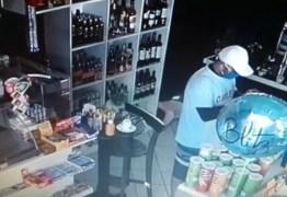 Durante assalto a posto de gasolina, bandidos obrigam funcionários a tirarem a roupa