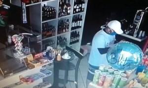assalto posto 300x179 - Durante assalto a posto de gasolina, bandidos obrigam funcionários a tirarem a roupa