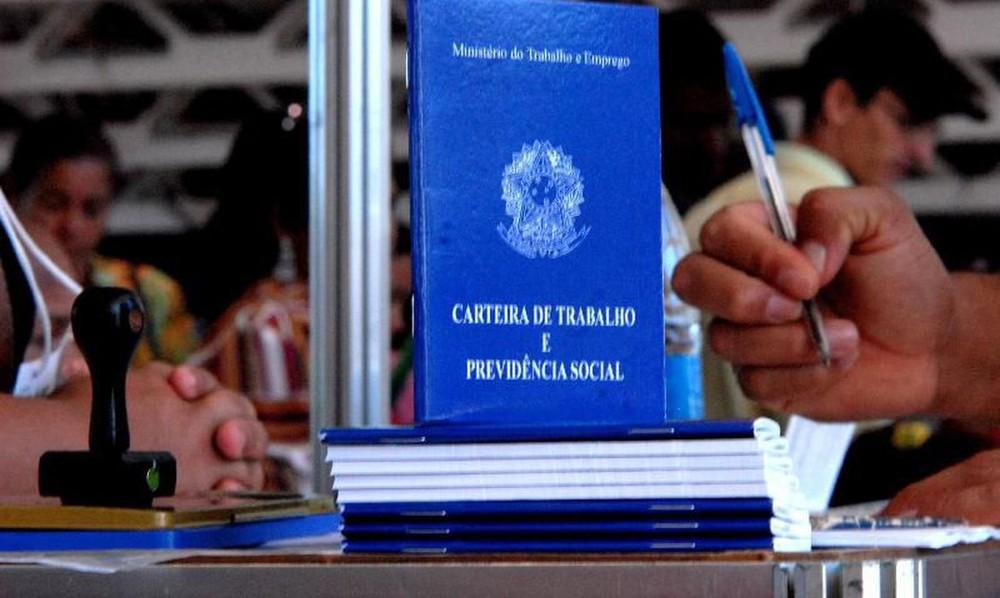 carteira de trabalho 1 - Número de desocupados na Paraíba cresce 21,2% em quatro meses, diz IBGE