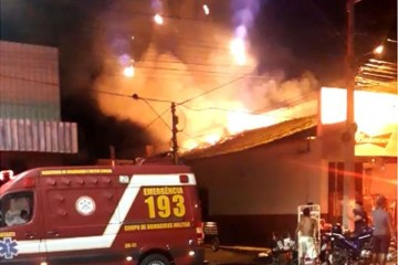 Incêndio em supermercado se alastra para casas vizinhas em Sousa