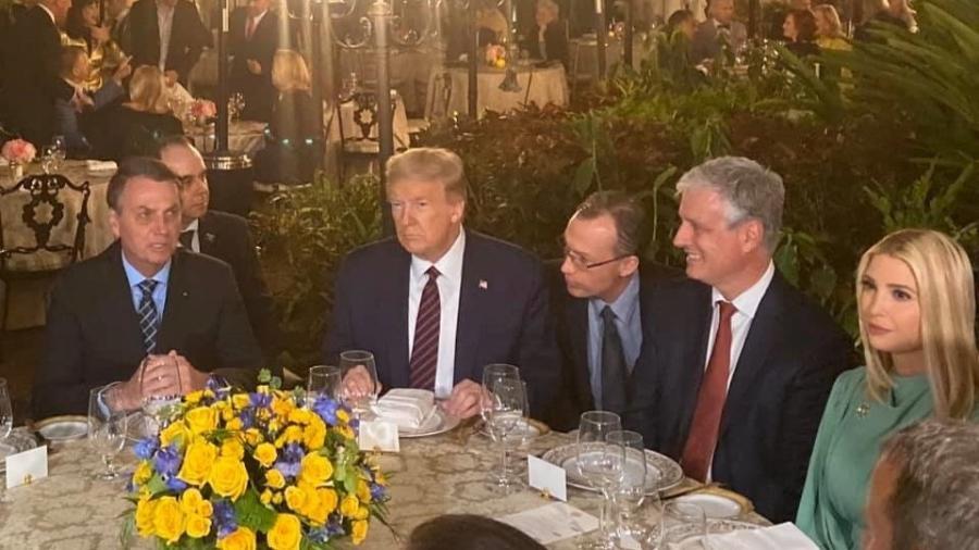 o presidente do brasil jair bolsonaro e o presidente dos estados unidos donald trump durante jantar na florida 1583630598345 v2 900x506 - Covid em comitiva do Brasil assustou equipe de Trump após jantar, diz livro
