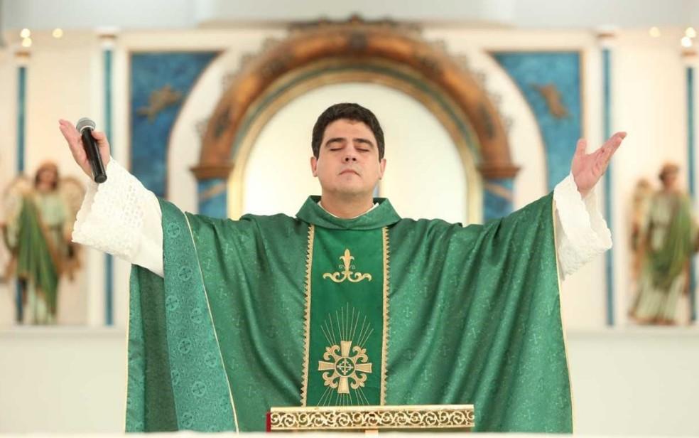 trindade - DESVIO DE DINHEIRO DE FIÉIS: Padre Robson teve dólares e euros apreendidos durante operação em Trindade