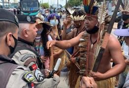 Índios tabajaras protestam em frente a empresa de ônibus, em João Pessoa