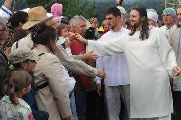Polícia prende o 'Jesus da Sibéria' e encontra munição na sede de seita – VEJA VÍDEO