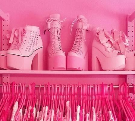 xblog pink g.jpg.pagespeed.ic .s0OdWynGtW - Mulher exibe vida em cor-de-rosa: até a tampa do vaso sanitário e o micro-ondas