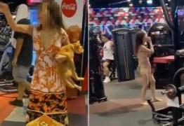 Mulher fica nua em academia em protesto por não poder levar gato