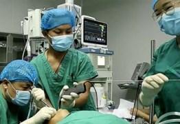 Médicos removem parasita gigante da cabeça de criança