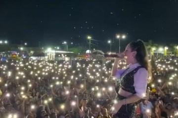 INACREDITÁVEL: Cantora faz show gerando aglomeração em meio à pandemia