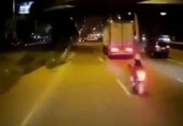 Motociclista cai em avenida depois de atingir pedaço de madeira solto na via