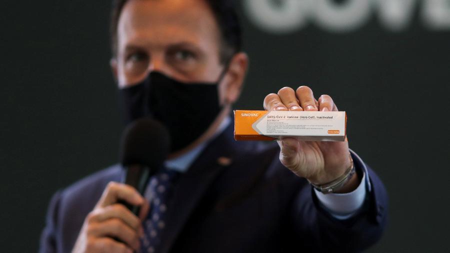 governador de sp joao doria segura caixa da possivel vacina para covid 19 desenvolvida pela sinovac em parceira com o instituto butantan 1598653870562 v2 900x506 - Doria afirma que primeiras doses da Coronavac chegam em uma semana