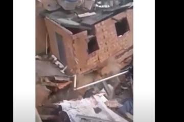 Casa de três andares desaba e atinge outros dois imóveis – VEJA VÍDEO