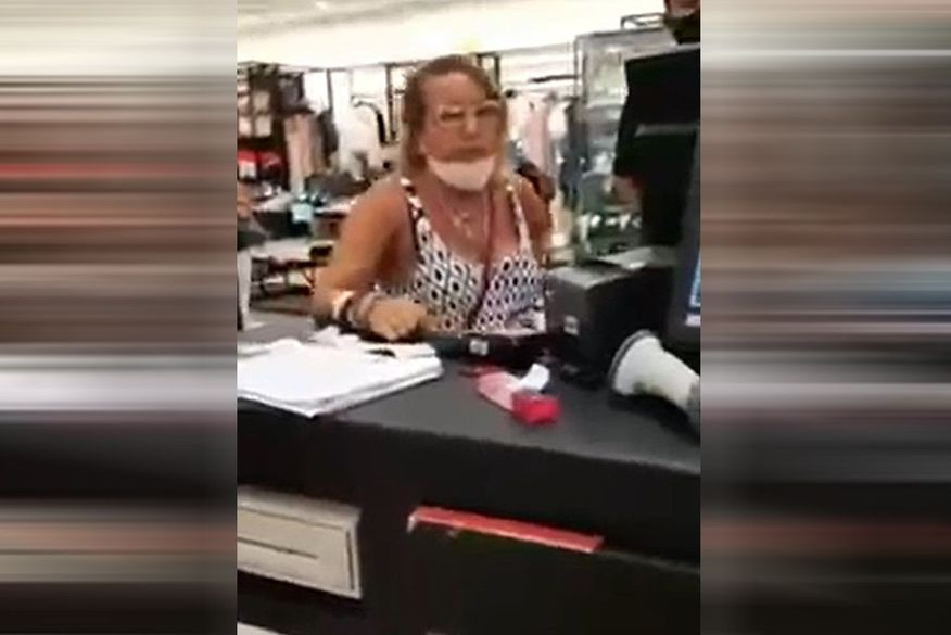 """mulher racista - """"RACISTA DE CARTEIRINHA"""": mulher acusada de injúria racial em banco é flagrada em novo vídeo gritando insultos contra cliente em loja de João Pessoa"""