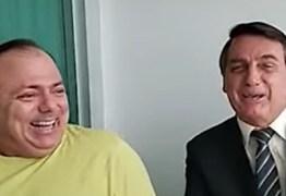 """""""UM MANDA E O OUTRO OBEDECE"""": Após crise, Pazuello aparece em vídeo rindo ao lado de Bolsonaro"""