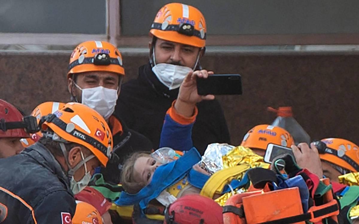 1 000 8uf6qh 20400446 - Menina de quatro anos é resgatada de escombros quatro dias depois de terremoto