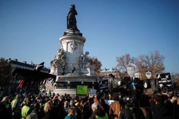 2020 11 28t131637z 437693611 rc2dck9saawc rtrmadp 3 france security protests - Polícia atira gás lacrimogêneo em protesto em Paris