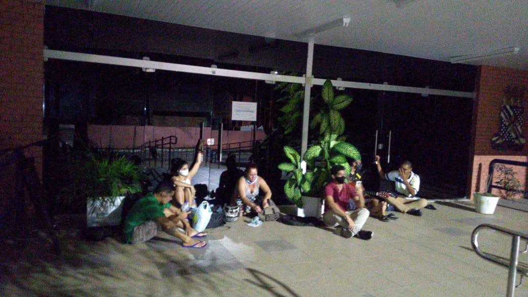 D3D1BC82 0D1A 4CA1 9285 8DA1C1C38F15 1 - A NOITE TODA: estudantes se acorrentam na UFPB em protesto contra nomeação de reitor