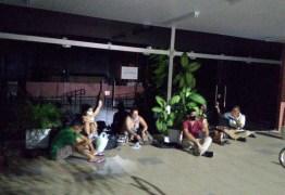 A NOITE TODA: estudantes se acorrentam na UFPB em protesto contra nomeação de reitor