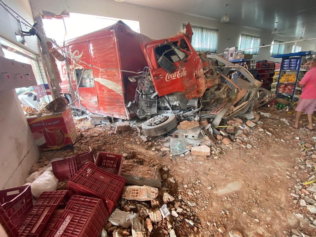 acidente juruaia 1  - Imagens mostram caminhão sem freio que invadiu supermercado e deixou sete feridos