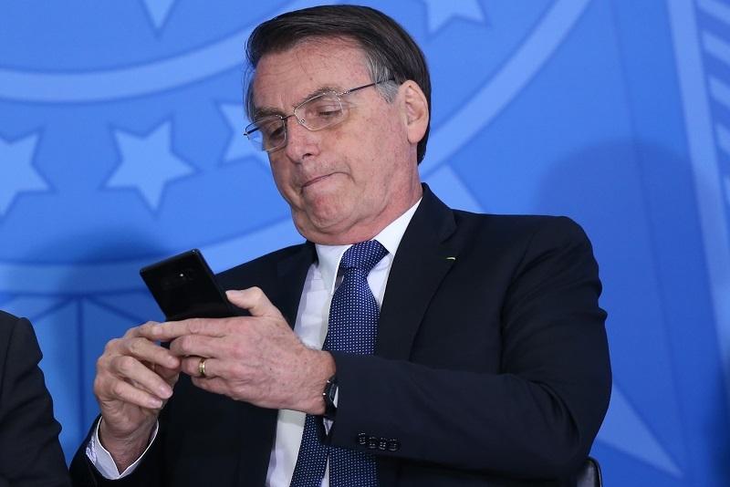 bolsonaro celular - Plenário do STF deve decidir se Bolsonaro pode bloquear seguidor em rede social