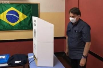 Bolsonaro vota no segundo turno das eleições municipais no Rio