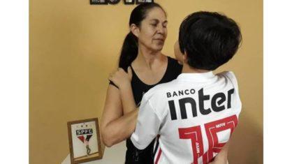 bruninho e avo 1 418x235 1 - Filho de Eliza Samudio e Bruno, joga como goleiro em escolinha